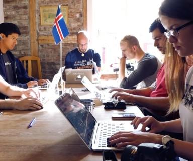 전 직원이 원격으로 근무하는 기업 '버퍼'(buffer.com)의 직원들이 아이슬란드 레이캬비크에서 일하는 중. 버퍼 직원들은 1년에 세 차례 한 도시에서 만나 함께 여행하며 일한다.